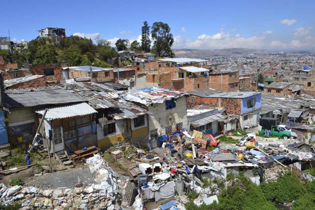 Suburbio ilegal de casas en Bogotá, Colombia.